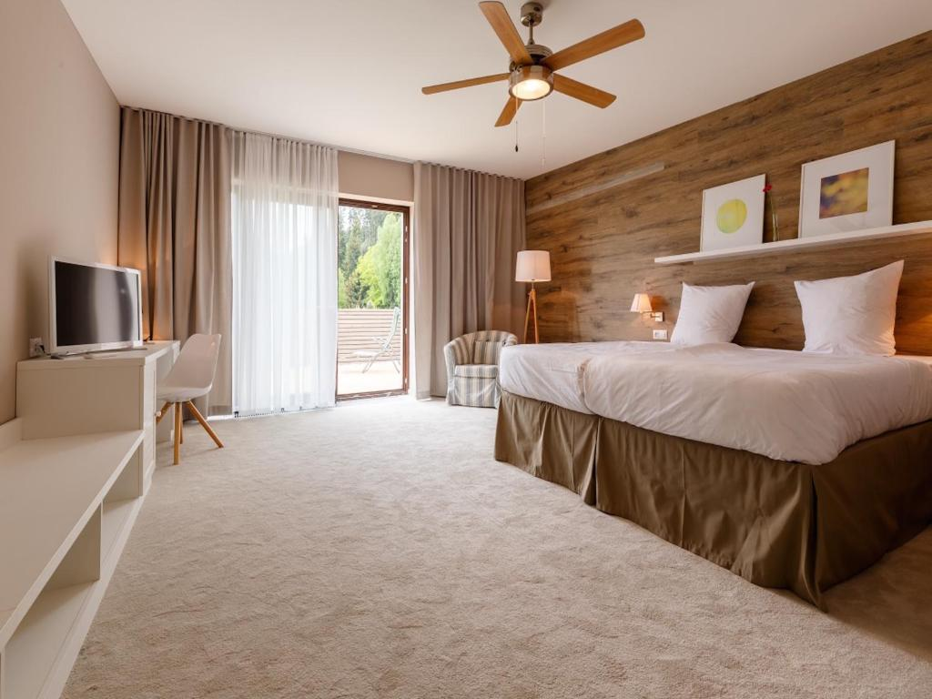 Postel nebo postele na pokoji v ubytování Wellness Hotel & Golf Resort Cihelny