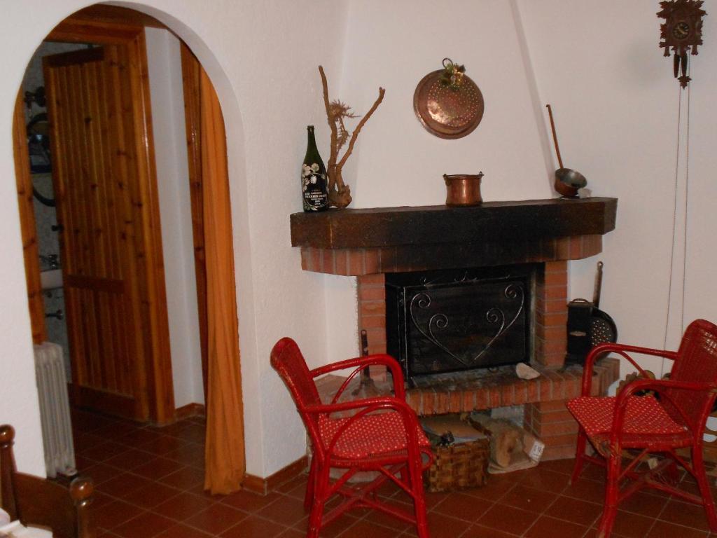 A seating area at Appartamento Roccione