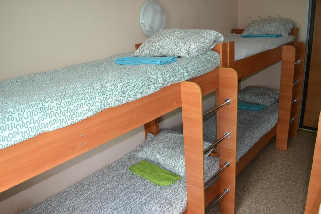 Двухъярусная кровать или двухъярусные кровати в номере Хостел Тулка