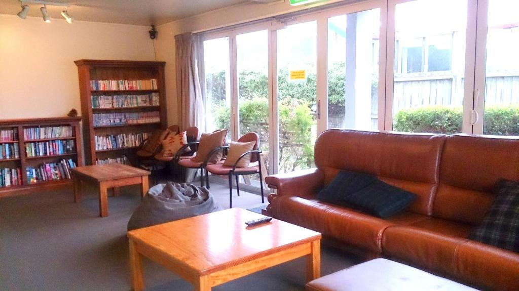 A seating area at Kiwi House Hostel