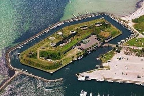 Et luftfoto af Dragør Fort Hotel
