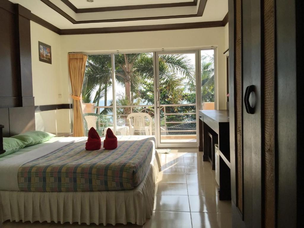 A bed or beds in a room at Plaloma Cliff Resort