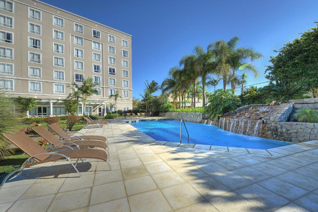 The swimming pool at or close to Hotel Deville Prime Porto Alegre