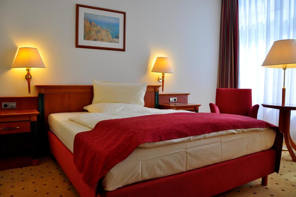 A bed or beds in a room at Hotel Steglitz International