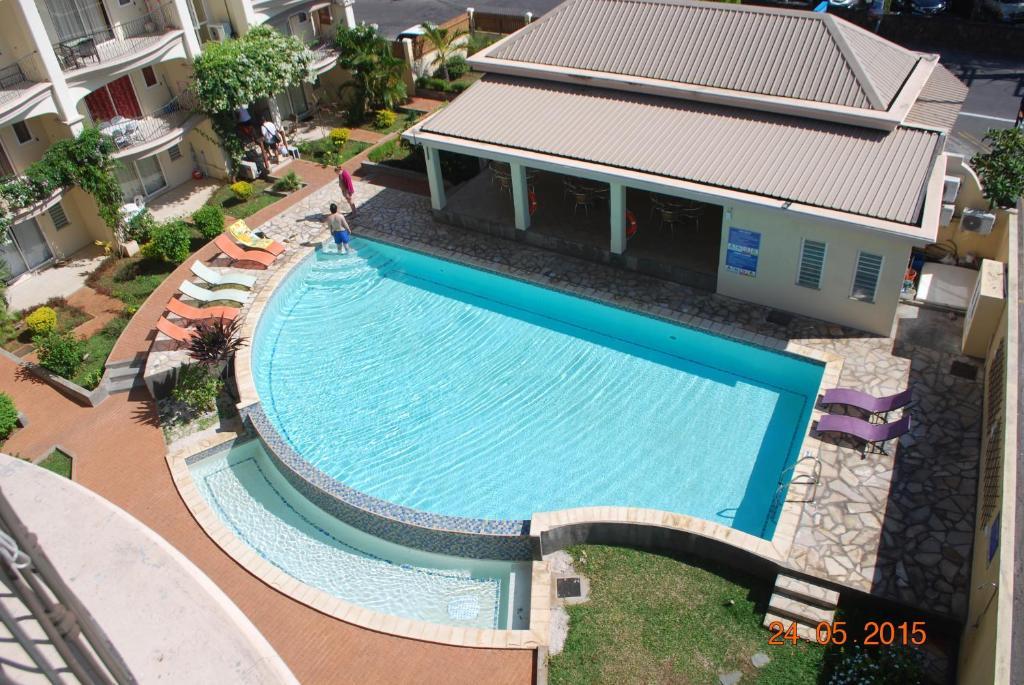 Ein Blick auf den Pool von der Unterkunft Residence Les Peupliers oder aus der Nähe