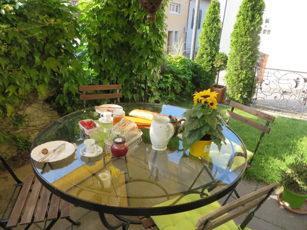 Ein Restaurant oder anderes Speiselokal in der Unterkunft Les Rues Basses