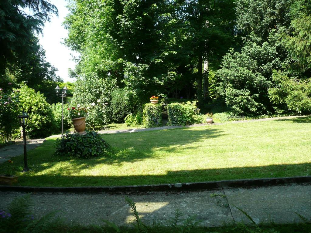 A garden outside La Vasconia - Chambres d'hôtes