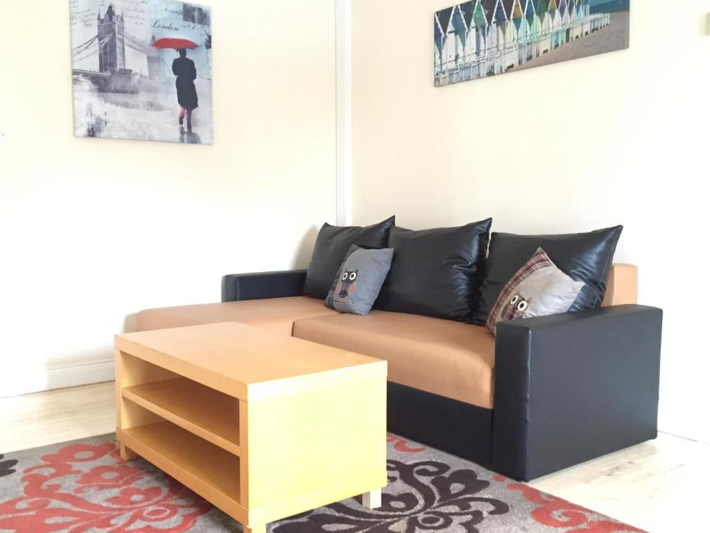 A seating area at Carrick Central Apartments