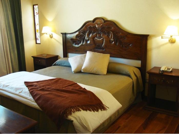 Cama ou camas em um quarto em Marqués De Tojo Hotel