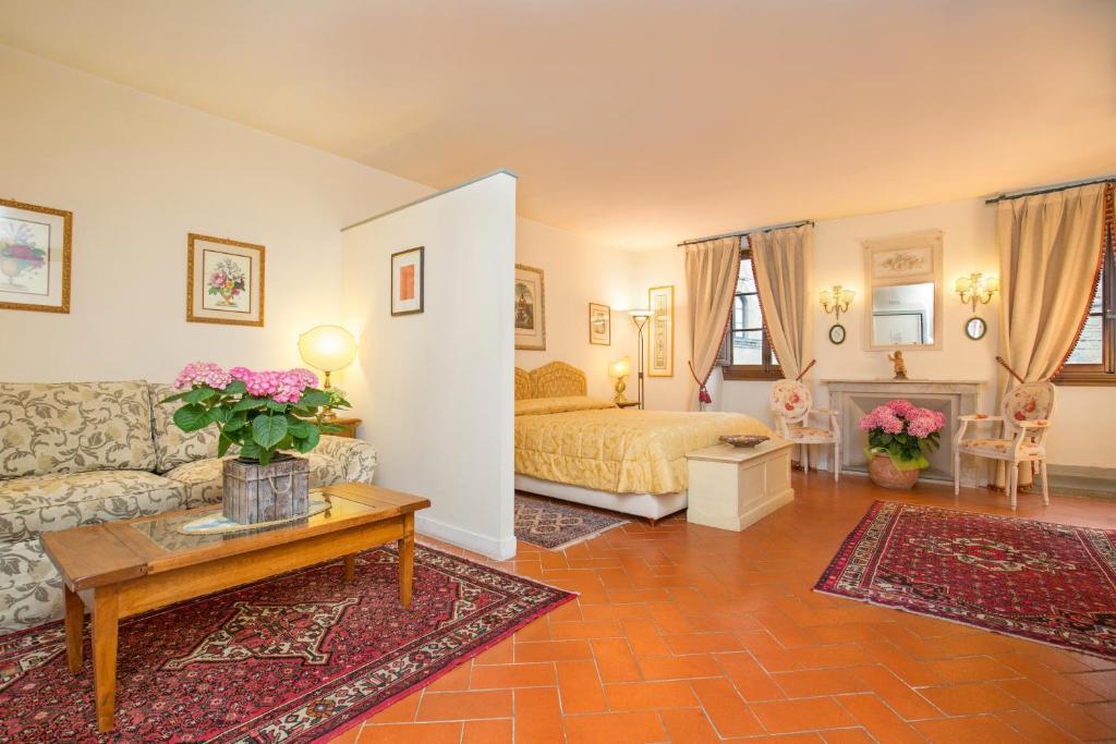 A seating area at La Casa Del Garbo - Luxury Rooms & Suite