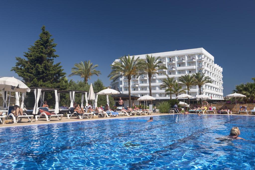 Der Swimmingpool an oder in der Nähe von Cala Millor Garden Hotel - Adults Only
