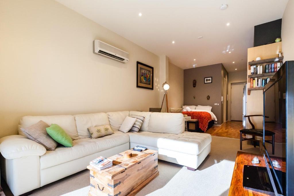 Posezení v ubytování Tennyson - Beyond a Room Private Apartments