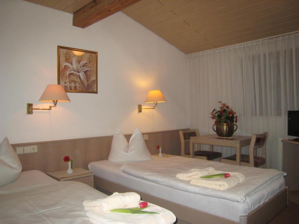 A bed or beds in a room at Zum Flößer