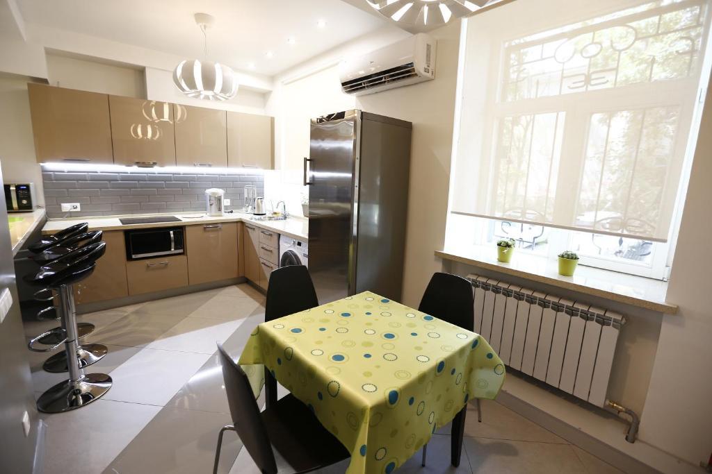 A kitchen or kitchenette at Hostel U Vokzala Brandson