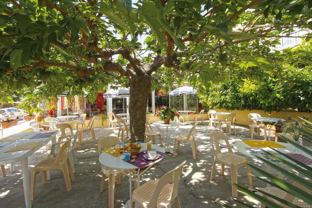 Restaurant ou autre lieu de restauration dans l'établissement Hôtel La Croix de Malte