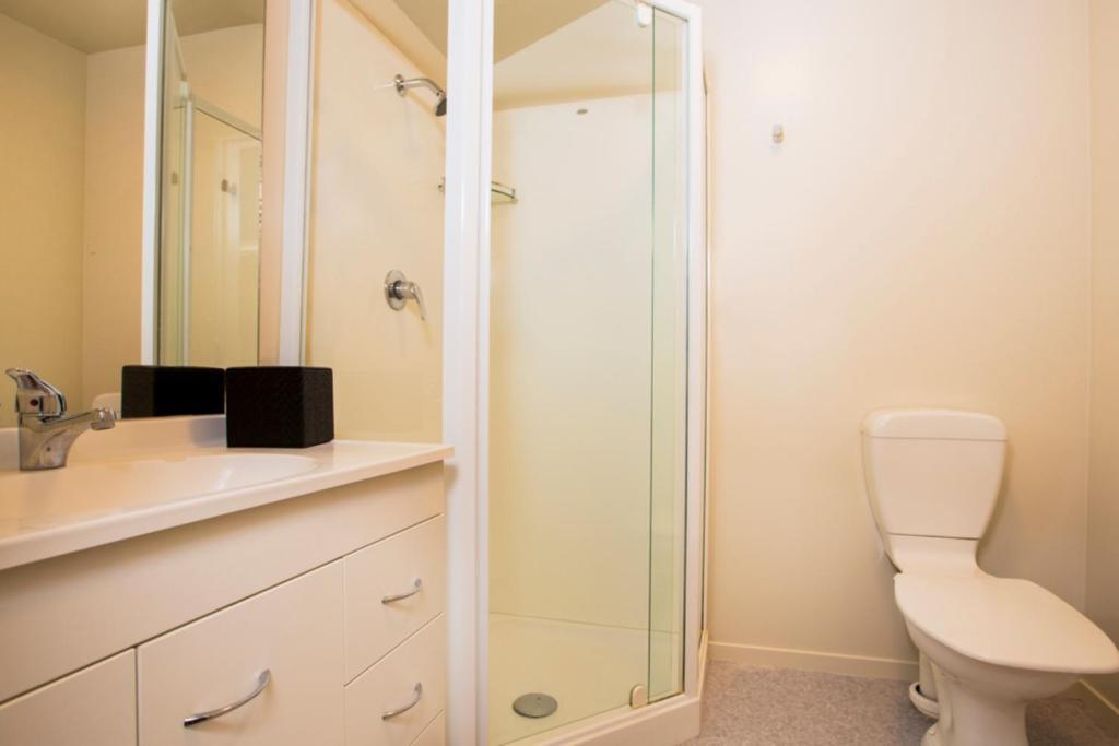 A bathroom at Greenlane Suites