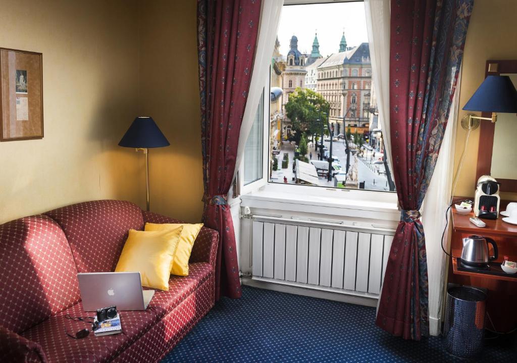 A seating area at Leo Panzio Hotel