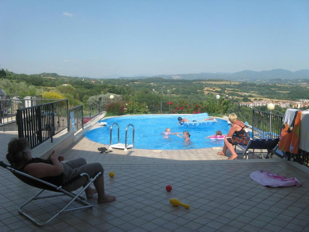 Vista sulla piscina di La Locanda San Lorenzo o su una piscina nei dintorni