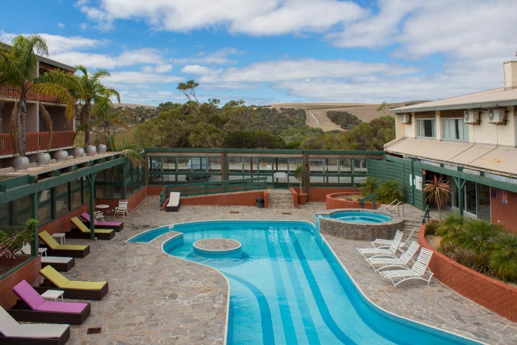 Výhľad na bazén v ubytovaní New Terry Hotel & Golf Resort alebo v jeho blízkosti