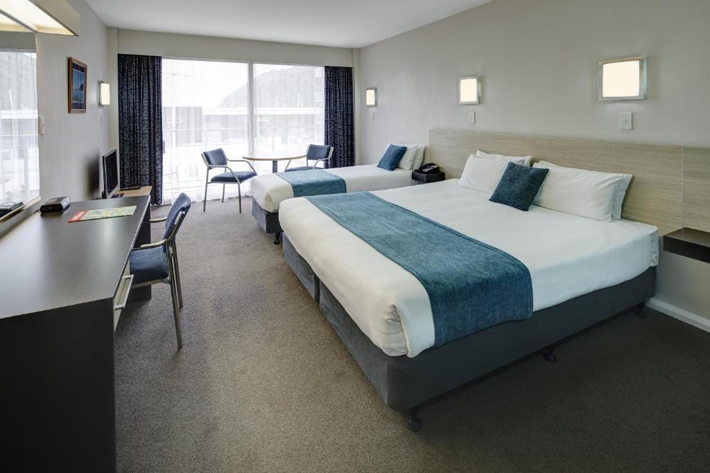 Kama o mga kama sa kuwarto sa Picton Yacht Club Hotel