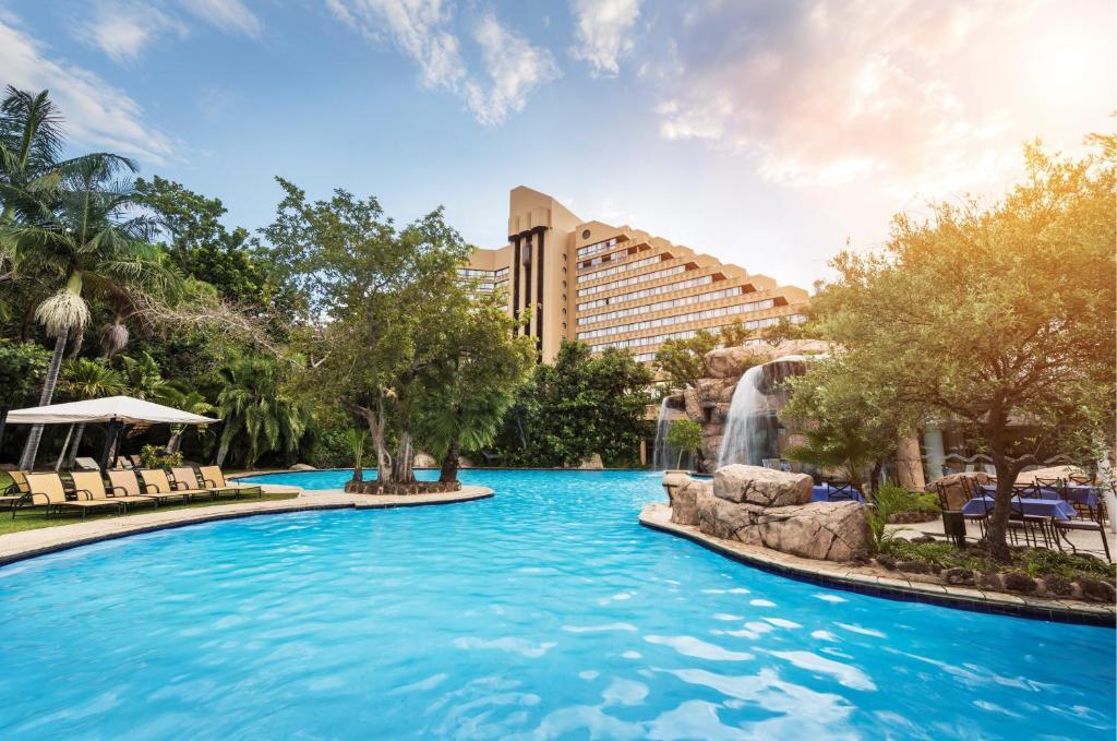 A piscina localizada em The Cascades Hotel at Sun City Resort ou nos arredores