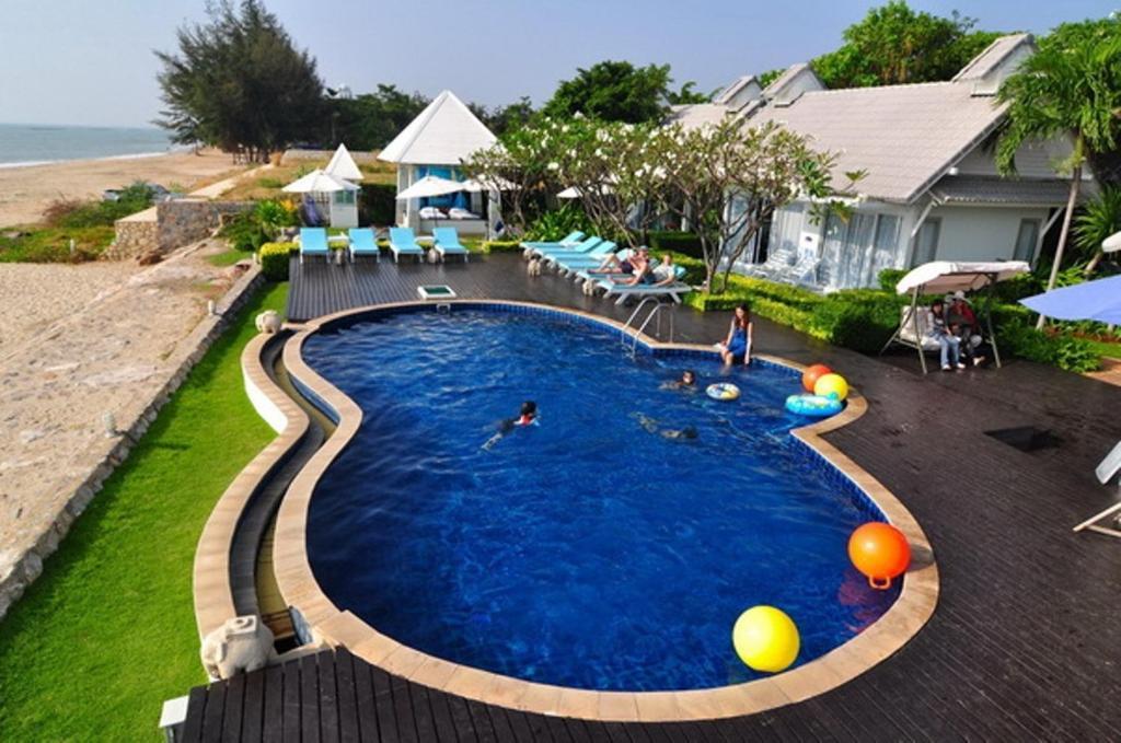 Ein Blick auf den Pool von der Unterkunft Blue Sky Resort oder aus der Nähe
