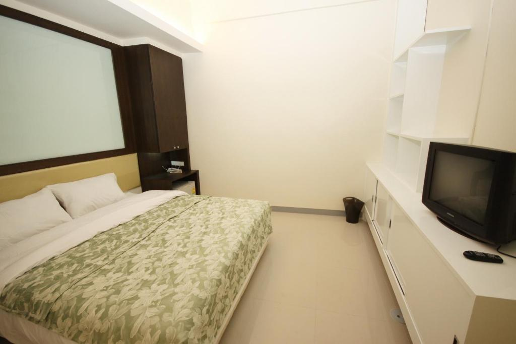 A bed or beds in a room at Nine Place Sukhumvit 40