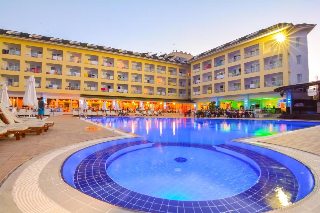 Het zwembad bij of vlak bij Pine House Hotel