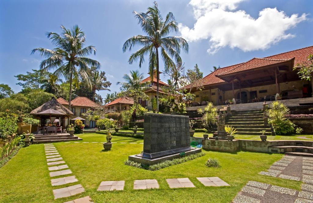 A garden outside Hotel Villa Ubud