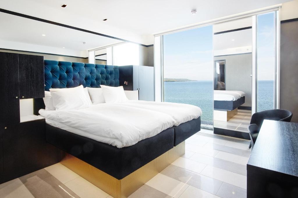 Säng eller sängar i ett rum på Vox Hotel
