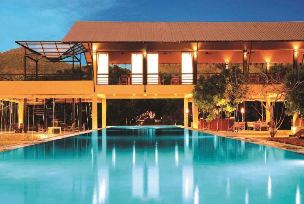 בריכת השחייה שנמצאת ב-Sigiriana Resort by Thilanka או באזור