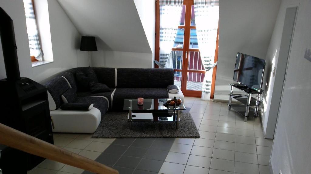 Ein Sitzbereich in der Unterkunft Ferienwohnung Holtenau