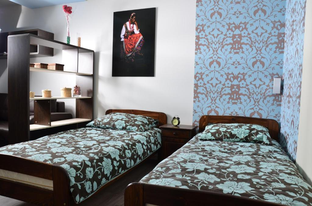 A bed or beds in a room at Apartament Kielce Folk