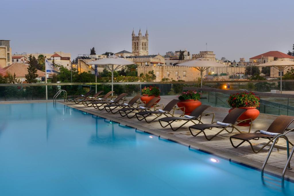 בריכת השחייה שנמצאת ב-מלון גרנד קורט או באזור