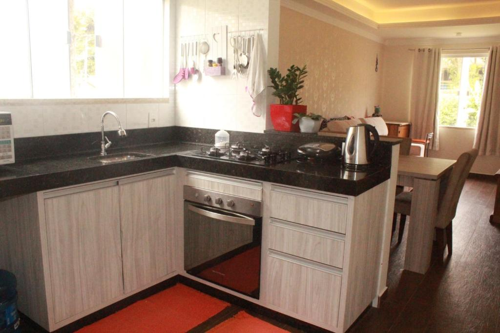 A kitchen or kitchenette at Casa A 200m Praia de Bombinhas
