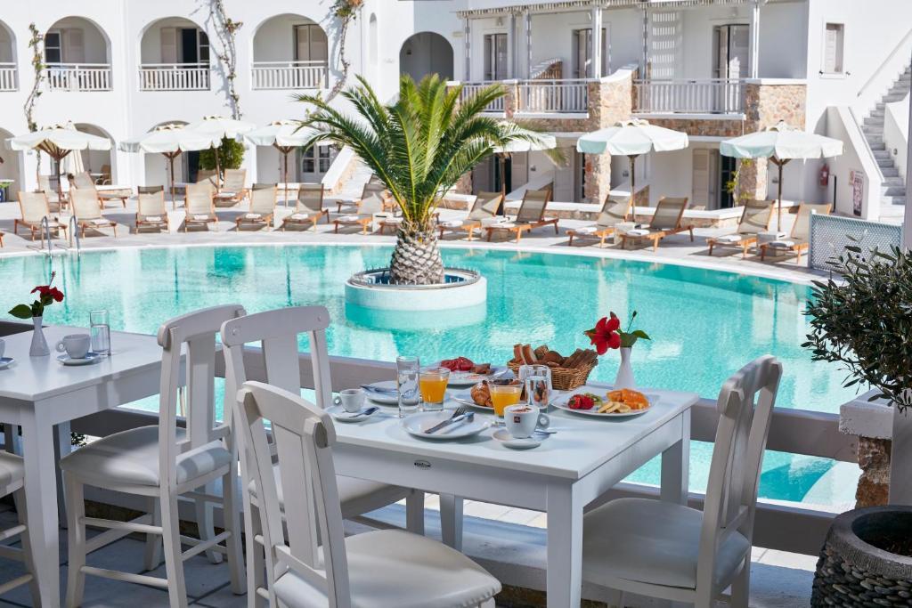 Piscina de la sau aproape de Aegean Plaza Hotel