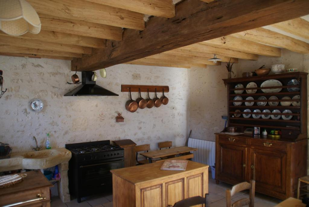 A kitchen or kitchenette at Gîte du Vieux Puits