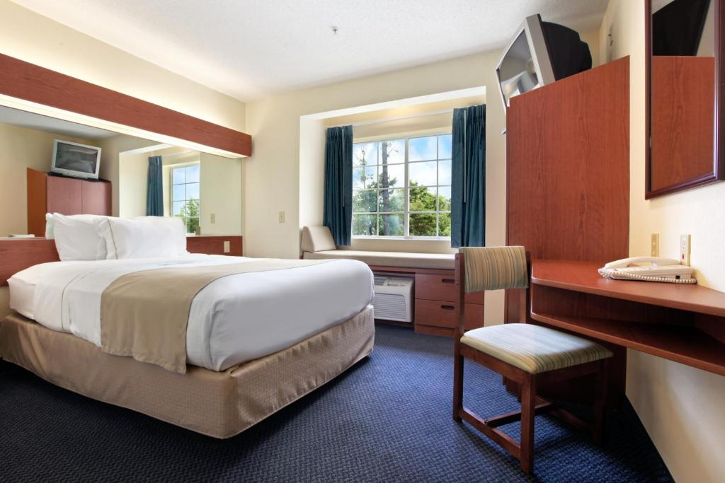 Tempat tidur dalam kamar di Rincon Inn and Suites