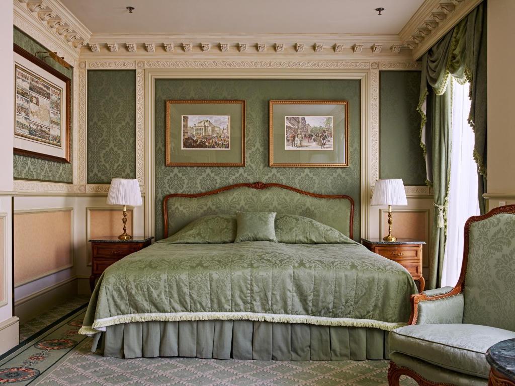سرير أو أسرّة في غرفة في فندق غراند فيينا