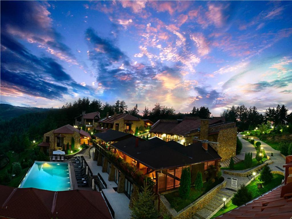Uitzicht op het zwembad bij Aurora Resort & Spa of in de buurt