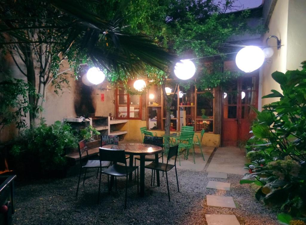 A restaurant or other place to eat at Escarabajo Hostel