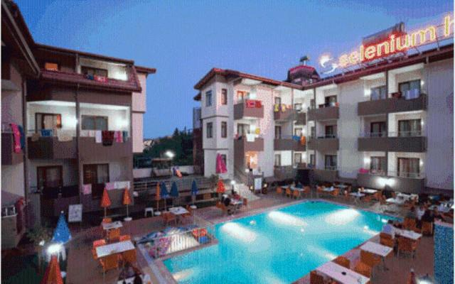 Het zwembad bij of vlak bij Selenium Hotel