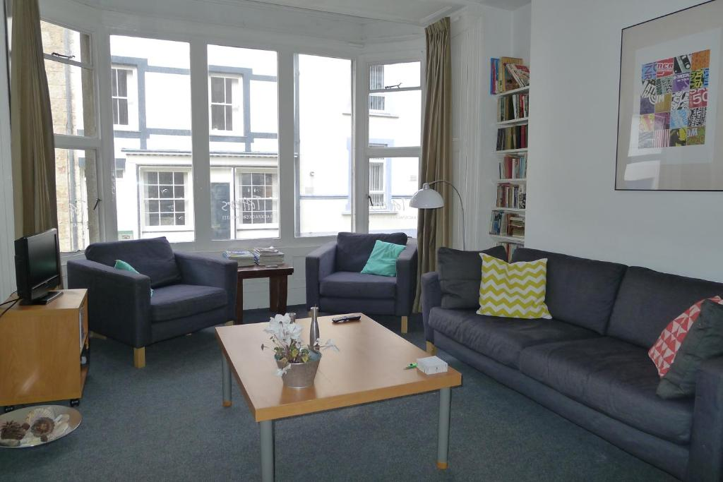 The lounge or bar area at Totters Hostel
