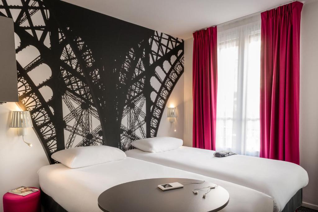 Cama ou camas em um quarto em ibis Styles Paris Eiffel Cambronne