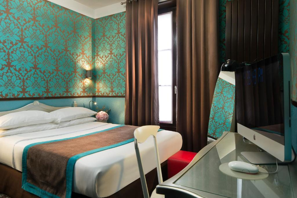 A bed or beds in a room at Hotel Design Sorbonne