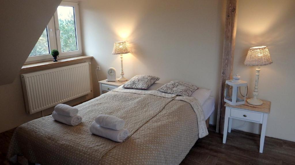 Łóżko lub łóżka w pokoju w obiekcie Dworek Wymysłowo