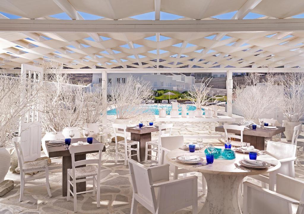 Um restaurante ou outro lugar para comer em Mykonos Bay Resort & Villas