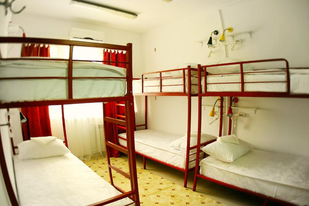 Двухъярусная кровать или двухъярусные кровати в номере Хостел Три Матрёшки