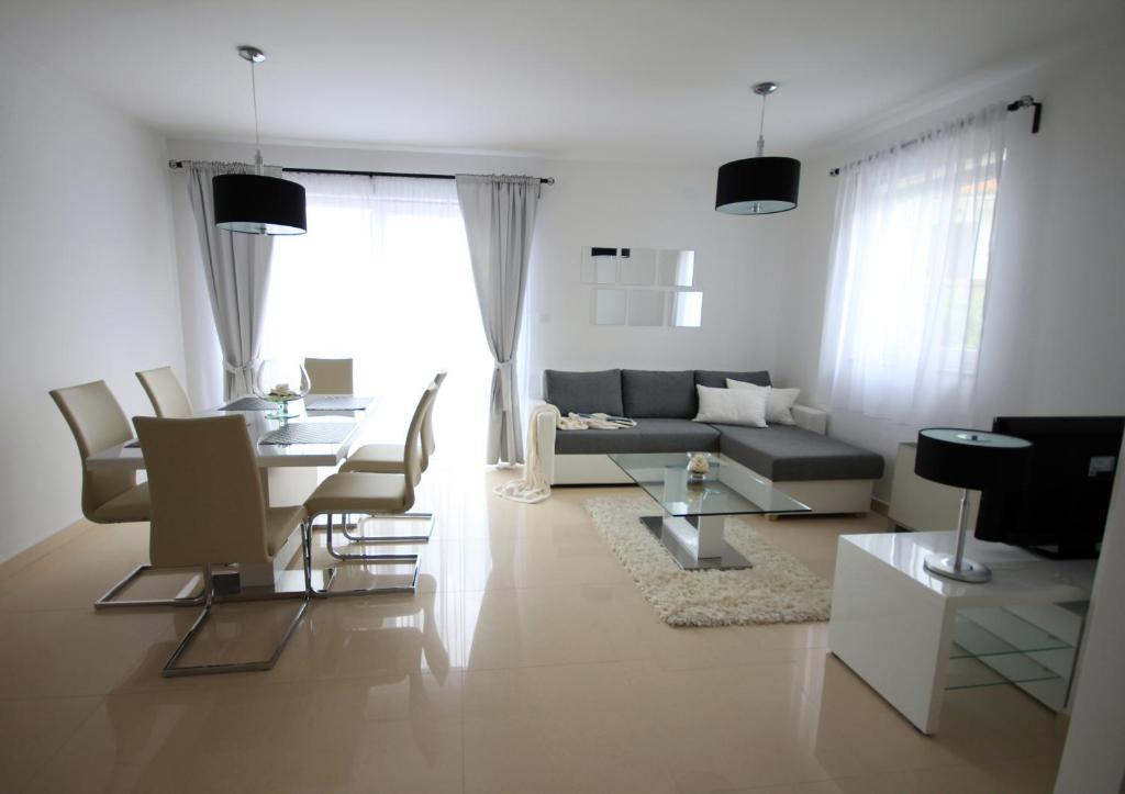 A seating area at Apartments Villa Mantinela