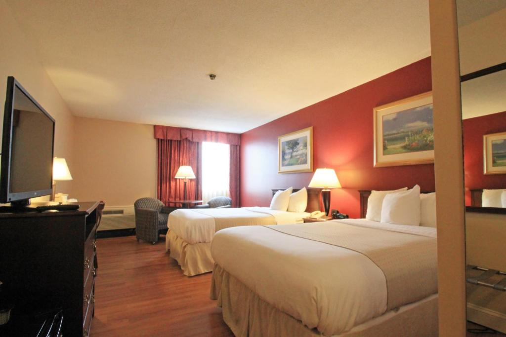 A bed or beds in a room at Fireside Inn & Suites Portland